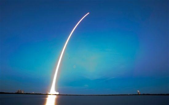 美国SpaceX公司成功发射首颗商业卫星-
