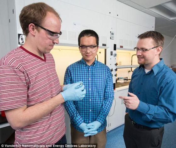 安德鲁-威斯多弗(左)、约翰-迪恩和卡里-宾特正在欣赏他们的超级电容器。该科研组表示,他们已经首次成功打造出这项技术的功能健全的原型机。