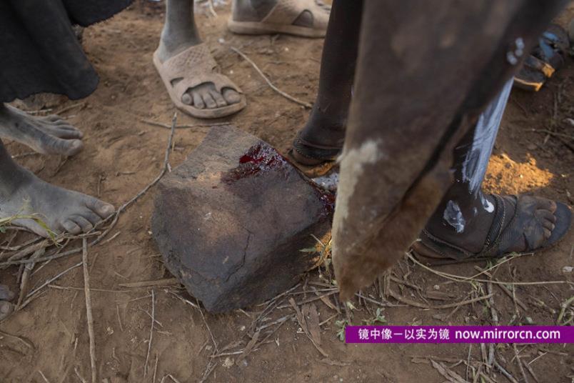 摄影师记录肯尼亚部落女性阴蒂割除惨痛遭遇