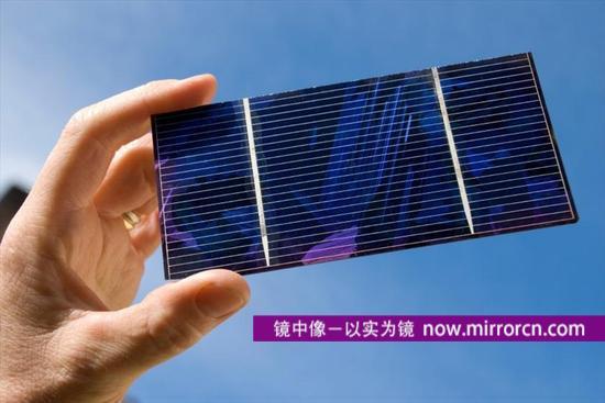 """澳大利亚新南威尔士大学的科学家创造了太阳能电池板发电的新纪录,光电转换率超过40%。他们的下一个目标是将转换率提高到50%,进一步降低太阳能这种可替代能源的成本。新南威尔士大学用""""全球第一次""""描述这一研究成果"""