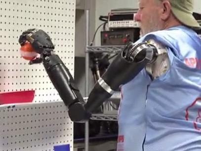 真人意念控制机械臂试验 脑机接口 无臂大爷意念控制机械臂 机械战警附体取物自如